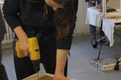 Cajon-Bau-Workshop | Schraubenlöcher in Schlagfläche bohren