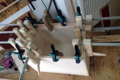 Cajon KlangEins, Verstärkungen und Halterungen an Kasten leimen
