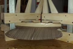Cavaquinho bauen, Balken auf Boden leimen