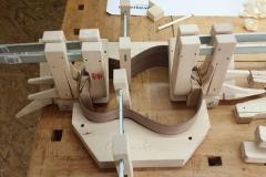 Cavaquinho bauen, Klötze an Zargen leimen