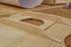 Cavaquinho bauen, Balken an Decke geleimt und in Form gebracht