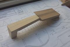 Cavaquinho bauen, Furnier (Nussbaum) an Hals geleimt