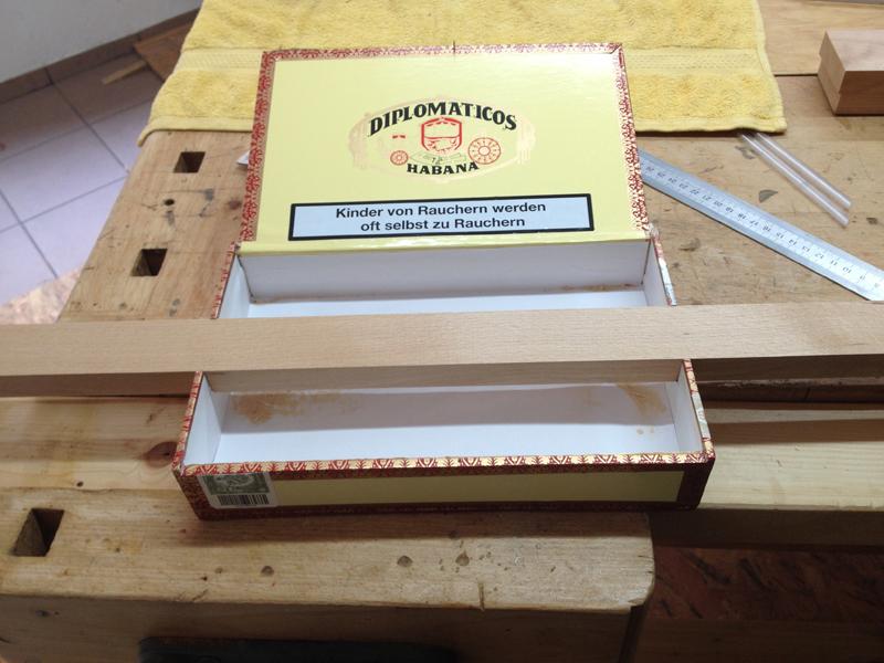 Cigarbox-Guitars, Leiste in Ausklinkungen