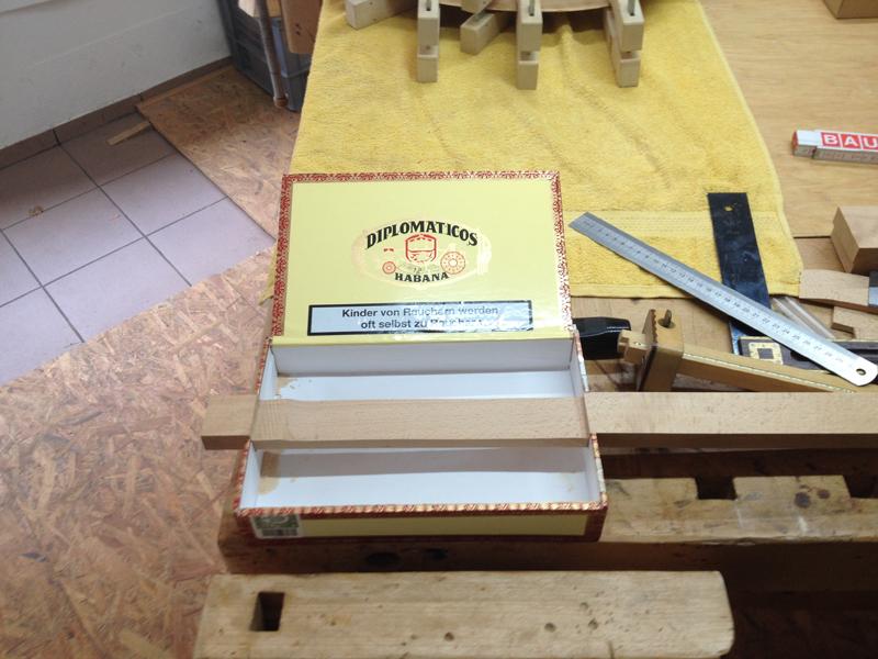 Cigarbox-Guitars, Leiste in Kiste platziert