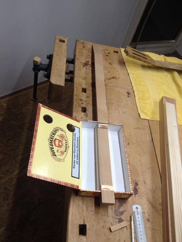 cigarbox-guitar-19Cigarbox-Guitars, ungefähr so wird sie einmal aussehen...