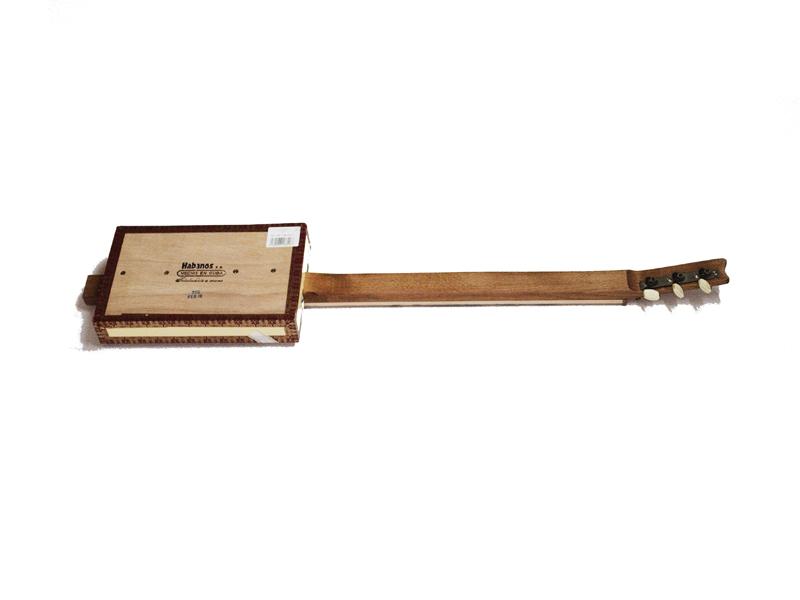 Cigarbox-Guitars, fertig von hinten