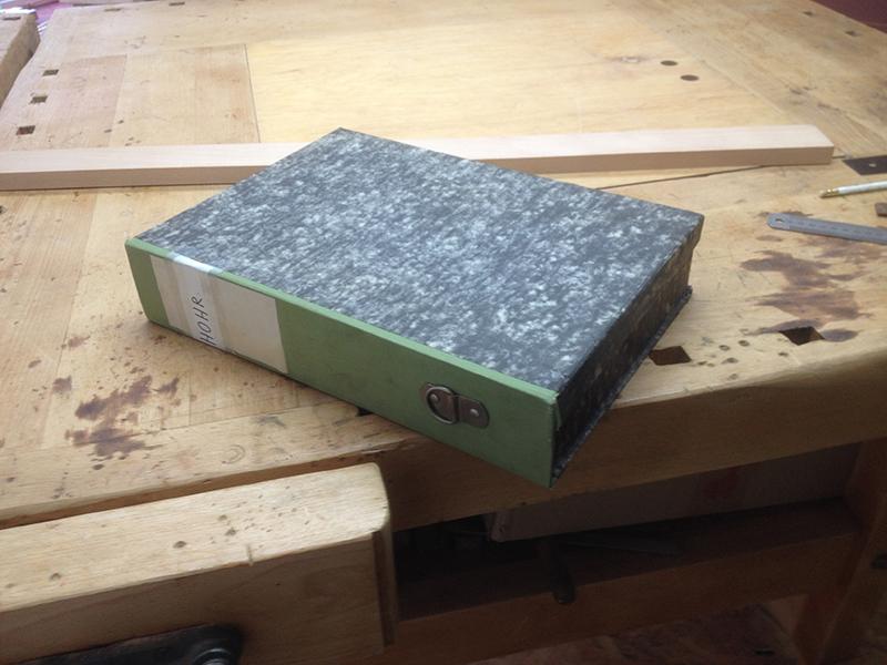 Cigarbox-Guitars, eine Akten-Archivbox soll zur Gitarre werden