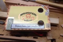 Cigarbox-Guitars, Schalllöcher gebohrt