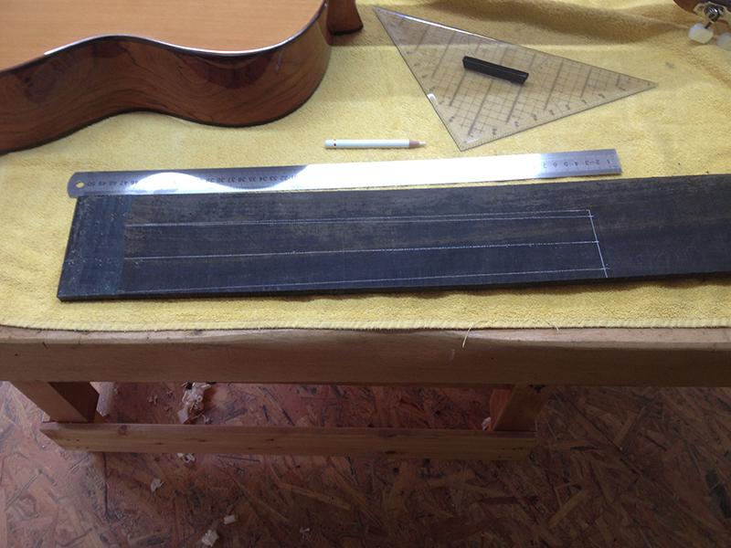 fretless guitar, Griffbrett auf Ebenholz-Brettehen anzeichnen