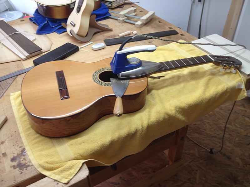 fretless guitar, altes Griffbrett mit Bügeleisen erhitzen