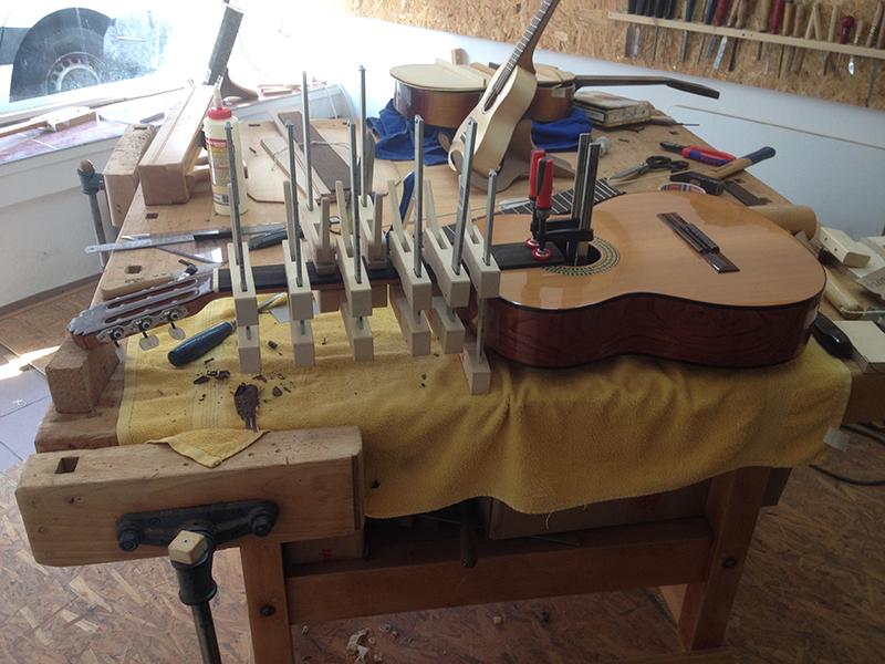 fretless guitar, neues Griffbrett wird aufgeleimt