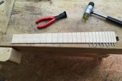 Hollow-Body-E-Gitarre, Griffbrett mit Bünden in Arbeit
