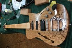Hollow-Body-E-Gitarre, Es fehlen nur noch Sattel und Saiten
