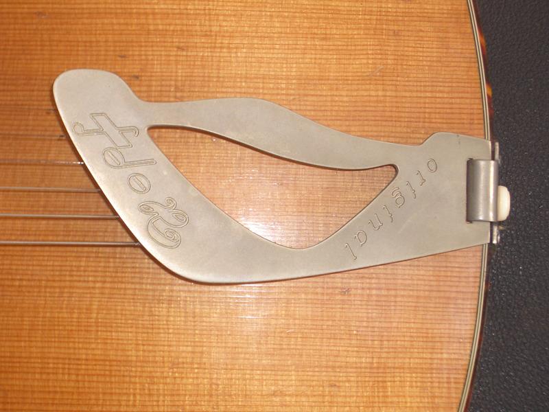 Jazzgitarre restaurieren, Saitenhalter mit Hopf-Logo