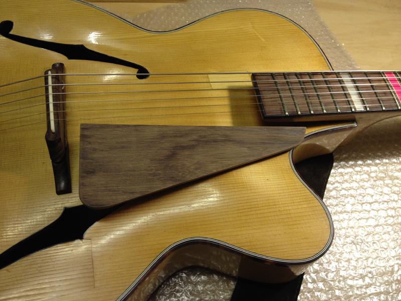 Jazzgitarre restaurieren, Schlagbrett aus Palisander angefertigt