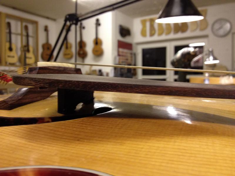 Jazzgitarre restaurieren, Schlagbrett, Füßchen