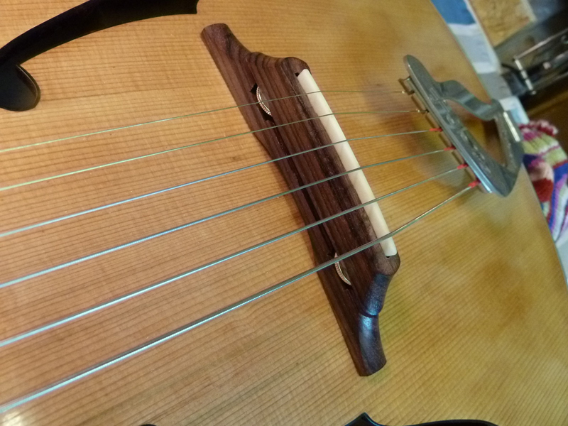 Jazzgitarre restaurieren, Saiten aufgezogen