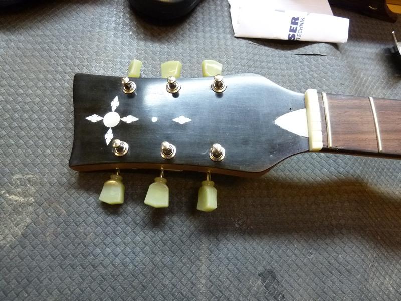 Jazzgitarre restaurieren, Kopf poliert und mit neuen Mechaniken versehen