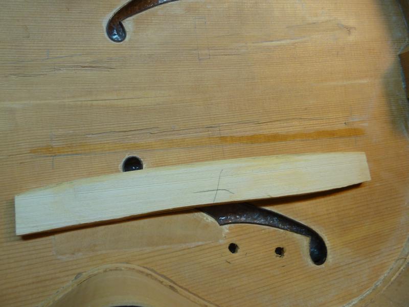 Jazzgitarre restaurieren, fehlende Deckenbalken einpassen