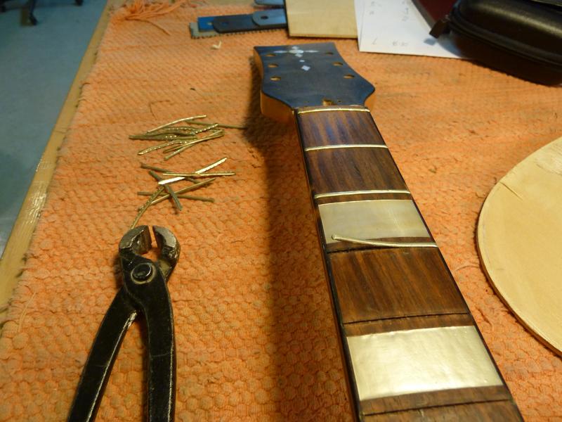 Jazzgitarre restaurieren, alte Bünde entfernen