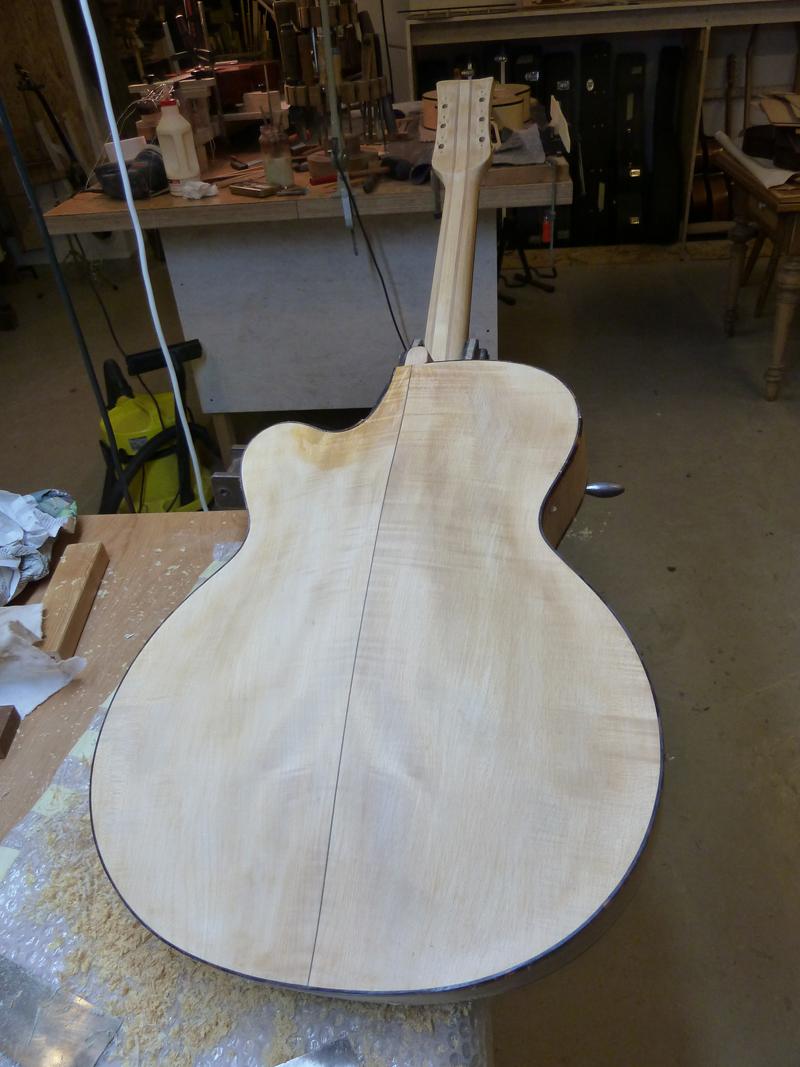 Jazzgitarre restaurieren, Lack auch von der Rückseite entfernen