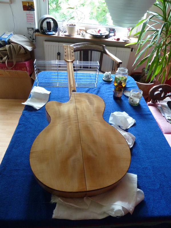 Jazzgitarre restaurieren, Schellack-Politur aufbringen