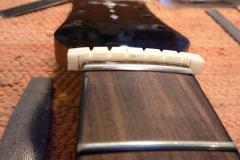 Jazzgitarre restaurieren, neuen Sattel aus Knochen anpassen