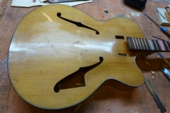 Jazzgitarre restaurieren, Schadstellen sauber herausgesägt