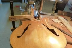 Jazzgitarre restaurieren, Flicken einleimen