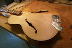 Jazzgitarre restaurieren, Lack von ganzer Gitarre entfernen