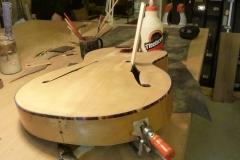Jazzgitarre restaurieren, Flicken in Zarge leimen