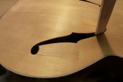 Jazzgitarre restaurieren, Riss am Schallloch leimen