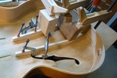 Jazzgitarre restaurieren, fehlende Deckenbalken einleimen