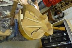 Jazzgitarre restaurieren, weitere fehlende Teile einsetzen