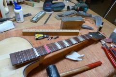 Jazzgitarre restaurieren, Griffbrett abrichten, neue Bünde einsetzen