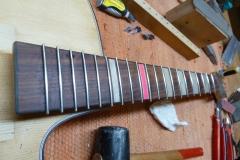 Jazzgitarre restaurieren, neue Bünde einsetzen