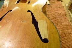 Jazzgitarre restaurieren, großer Flicken am Schallloch