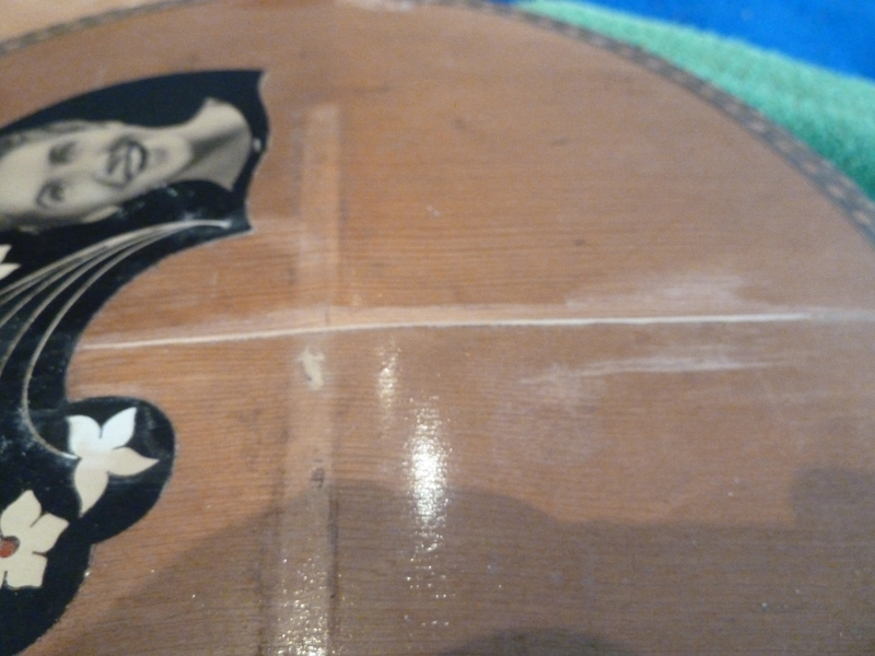 Mandoline restaurieren, Span in Riss verleimt