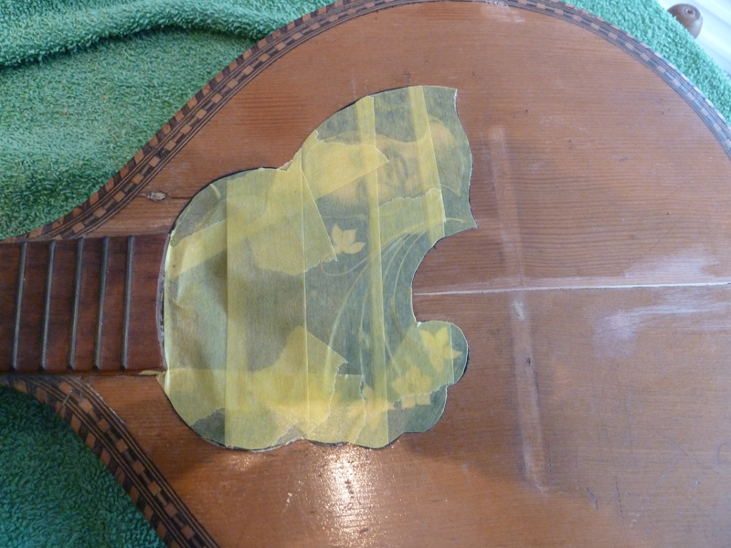 Mandoline restaurieren, Rosette und Einlegearbeiten zum Schutz maskiert