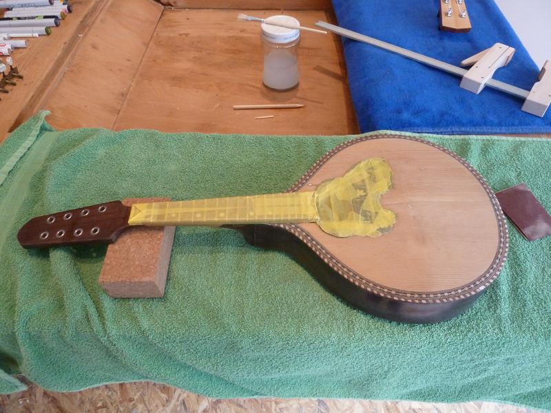 Mandoline restaurieren, Lack von Decke entfernt