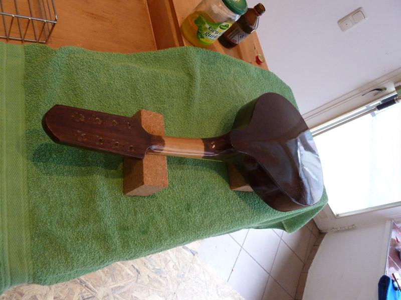 Mandoline restaurieren, ganze Mandoline mit Schellack poliert, erster Glanz auf der Rückseite