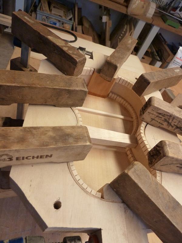 Ukulele bauen, Boden an Zargen leimen