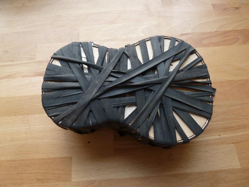 Ukulele bauen, Verschnürung mit Gummilitzen zum Verleimen des Bindings