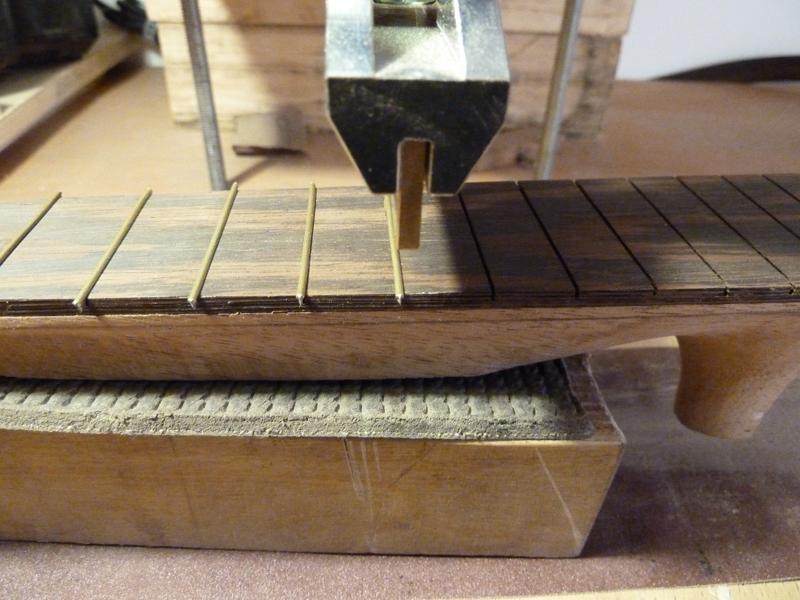 Ukulele bauen, Bundstäbchen in Griffbrett drücken, Detail