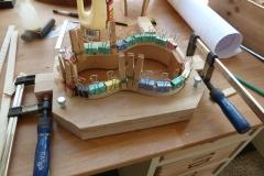 Ukulele bauen, Riemchen an Zargen leimen