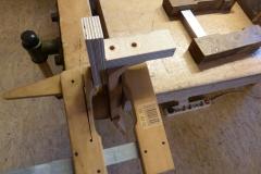 Ukulele bauen, Hals mit Bohrschablone für Dübellöcher