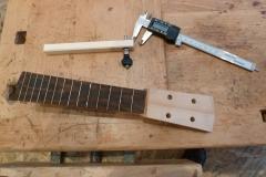 Ukulele bauen, Kopfplatte mit Bohrungen für Mechaniken