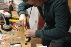 Cigarbox-Guitar, Mechaniken anschrauben