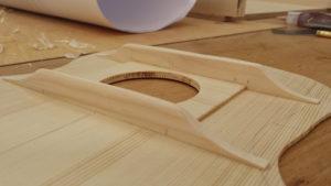 Decke innen mit Schallloch und Balken